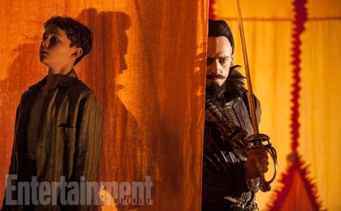 """Levi Miller y Hugh Jackman en """"Pan"""""""